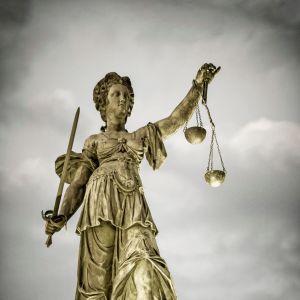 Staty från Frankfurt i Tyskland föreställande rättvisans gudinna.