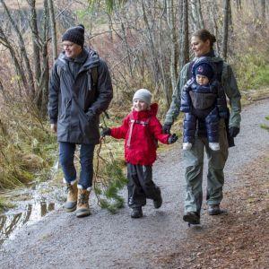 Kronprinsessparet med sina barn i Tyresta nationalpark i december 2016.
