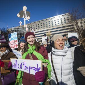 Under måndagen samlades demonstranter i delstaternas huvudstäder för att protestera mot att elektorskollegiet valde Donald Trump till president. Den här bilden är från Washington DC.