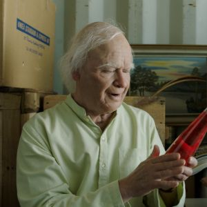 Allan (Robert Gustafsson) sitter i sitt lager och ser på en flaska Folksoda.
