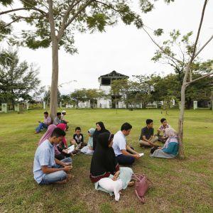 Överlevande efter tsunamin 2004 ber för sina närstående under en minnesceremoni 26.12.2016.
