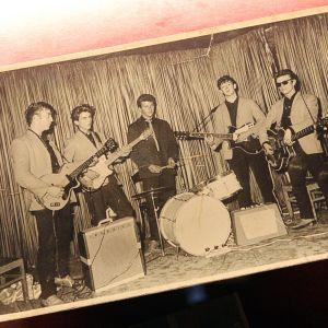 En tidig bild från 1960 på The Beatles med John Lennon, George Harrison, Pete Best, Paul McCartney och Stu Sutcliffe.