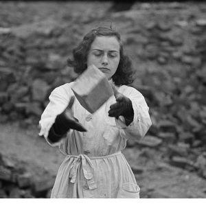 Kvinna som röjer efter bomb i Tyskland.