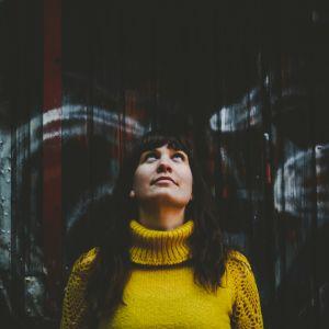 Åbomusikern och konstnären Minna Twice blickar uppåt