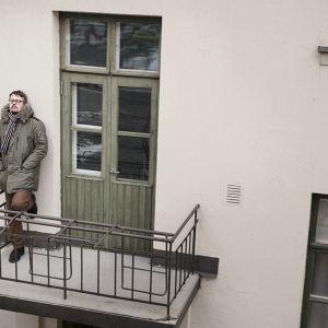 Peter Sjöholm på en balkong