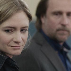 Blivande föräldrarna Astrid och Markus blickar sorgmodigt snett förbi kameran.