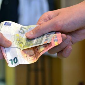 En person som betalar pengar åt en anställd