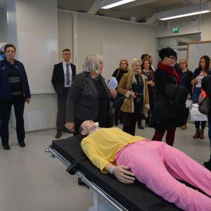 Media, personal och studerande på rundtur i Novias och Vasa yrkeshögskolas nya utrymmen på Brändö.