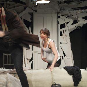 Ilkka Villi och Sanna-June Hyde i Sisäistetyt teoriat rakkaudesta på Nationalteatern.