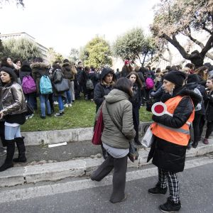 Evakuerade skolelever och lärare på en gata i Rom.