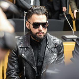 Axl Smith i rättssalen iklädd svarta solglasögon, svart läderrock och svart skjorta.