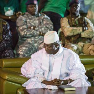 Yahya Jammeh under valkampanjen i november, omgiven av soldater. 29.11.2016