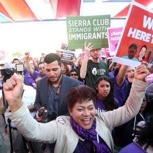 """""""Vi är här för att stanna"""" Tusentals så kallade dreamers som anlände till USA som barn, demonstrerade i Los Angeles inför Trumps tillträde som president"""
