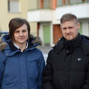 Mikael Kock och fru står ute i vinterkläder på gårdsplanen