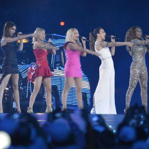 Spice Girls står på scen och sjunger.