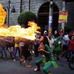 En dansare utför en elddans i Chinatown i Filippinernas huvudstad Manila.