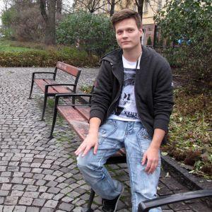 Benjamin Sidorov som sitter på en parkbänk.