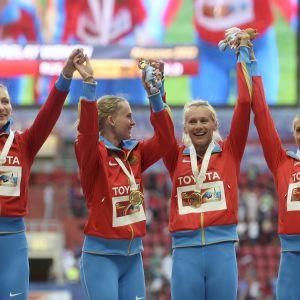 Tatyana Firova, Kseniya Ryzhova, Yulia Gushchina och Antonina Krivoshapka på podiet i London.