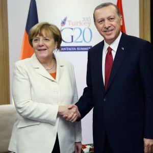 Angela Merkel och Recep Tayyip Erdogan skakar hand under G20 i Antalya 2015.