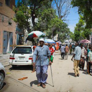 Människor på Hamar Weyne-torget i Mogadishu (arkivbild från augusti 2013).