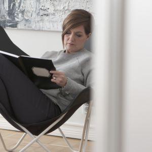 Maria Sundblom Lindberg skriver i en anteckningsbok.