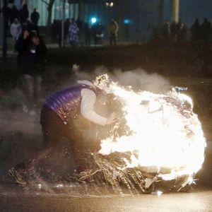 En man och en brinnande motorcykel i förorten Bobigny i Paris.