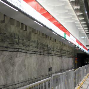 Metrostationen i Hagalund, staket längs med perrongen