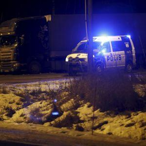 Polisen har spärrat av riksväg 12 i Sastamala där dödsolyckan inträffade.