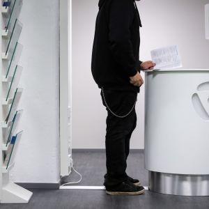 Ung man besöker arbetskraftsbyrå i Helsingfors.