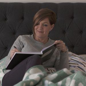 Maria Sundblom Lindberg skriver i sängen.