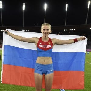 Anzjelika Sidorova poserar med den ryska flaggan