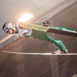Maren Lundby flyger genom luften