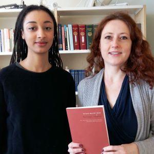 """Maïmouna Jagne-Soreau och Tatjana Brandt medverkar i antologin  """"Korsstygn, rastplats - om den finlandssvenska poesins belägenhet""""."""