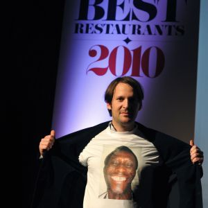 Restaurang Nomas ägare René Redzepi iklädd en t-shirt med porträtt på diskaren Ali Sonko, 26.10.2010