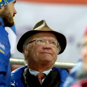 Sveriges kung fotad i skidpublik år 2015.