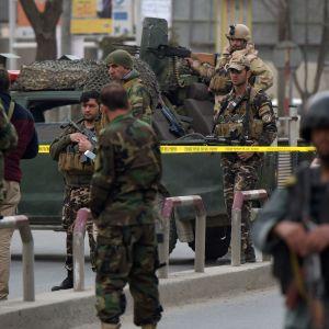 Afghanska säkerhetsstyrkor utanför Kabuls största militärsjukhus under en pågående terrorattack 8.3.2017