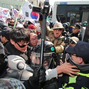 Anhängare till Park Geun-Hye drabbar samman med polis utanför grundlagsdomstolen i Seoul 10.3.2017