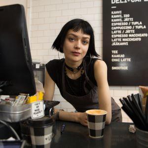 Julia kahvilassa töissä 13.4.2017