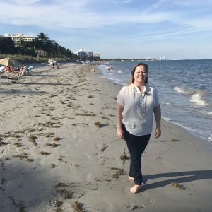 Borgmästaren Mayra Peña Lindsay vid stranden i Key Biscayne i Florida.