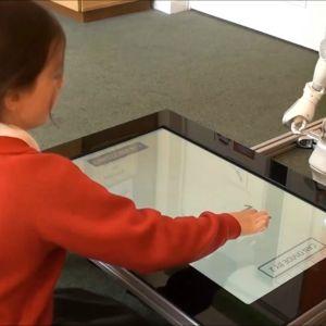 Elever lär sig bättre med hjälp av robotar visar undersökningar. Men om robotarna görs för vänliga och pratsamma, försvinner läreffekten.