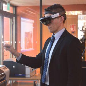 Yrkeshögskolan Novias rektor Örjan Andersson testar på virtuell verklighet.