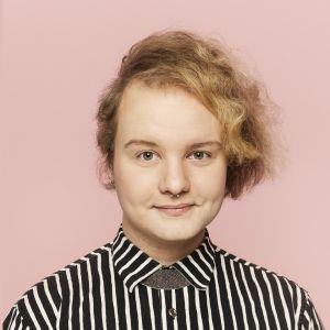 Porträtt av Panda Eriksson med rågblont hår och randig skjorta.