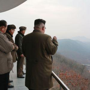 Nordkoreas ledare Kim Jong-Un (till höger) bevittnade själv raketmotoprovet i rymdcentret Sohae på lördagen