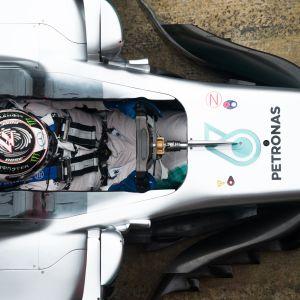 Vatteri Bottas i sin Mercedesbil.