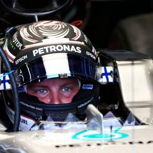 Valtteri Bottas sitter i sin bil.