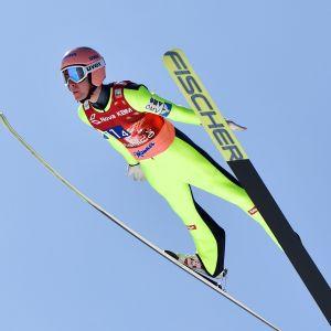 Stefan Kraft flyger genom luften