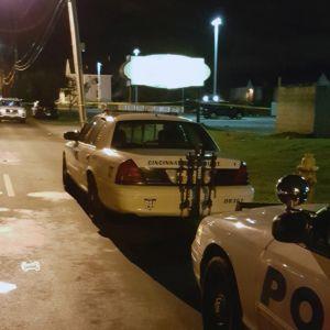 Två polisbilar utanför en nattklubb i Cincinnati, Ohio där en människa har skjutits ihjäl och 14 skadats.