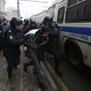 Rysk polis griper ung aktivist i centrum av Moskva 2.4.2017.