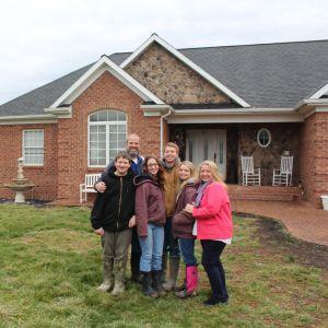 Familjen Hott utanför hemmet i Petersburg, West Virgnia.