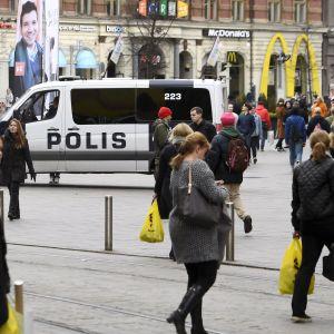 Ökad polisnärvaro i Helsingfors centrum efter terrorattacken i Stockholm den 7 april 2017.